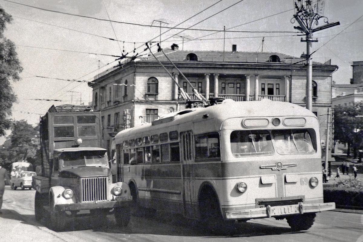 История с картинками троллейбусов