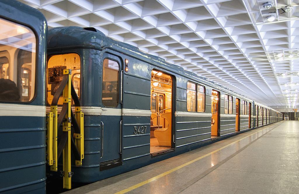 Например, чтобы безопасно проходить под руслом реки нева, метростроевцам пришлось углубить станции метро, так появился эффект так называемой