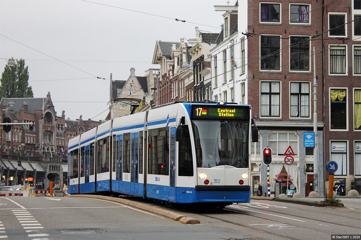 Здесь и далее фото взяты с transphoto.ru, если не указано иное. Амстердам, Siemens Combino № 2010  —  маршрут 17. Raadhuisstraat. Автор: Star2007