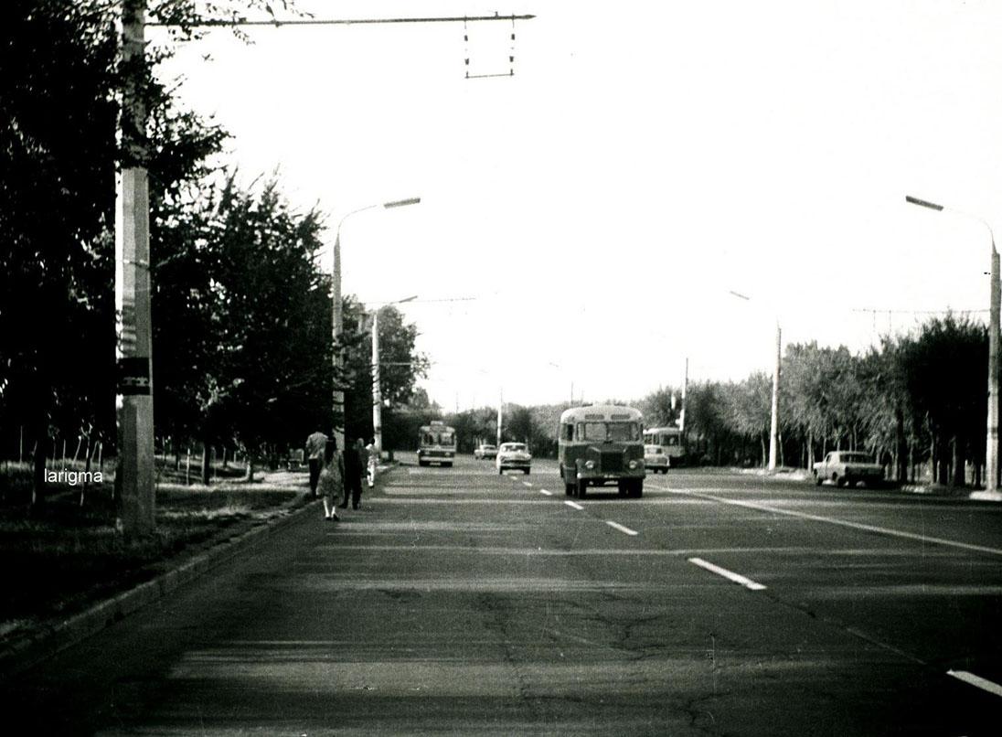 Красногвардейский тракт (проспект Суюнбая) в 1974 году. Автор фото: Игорь Ларионов