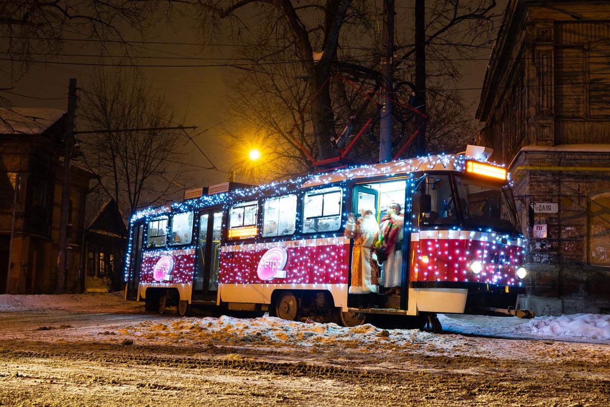 Нижегородский ретро-трамвай в новогоднем убранстве